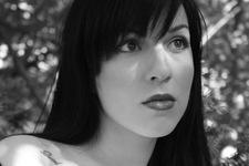 Isabella   Tattoo und Licht   Detail: Gesicht und Schulter