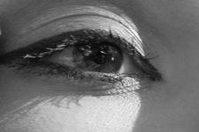 Isabella schminkend mit Handspiegel   Detail: Auge