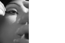 Isabella schminkend mit Handspiegel   Komplett