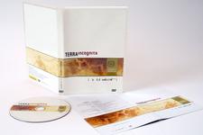 Rück- und Vorderseite, stehend, geöffnet inkl. Booklet und Label