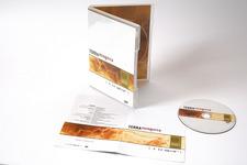 Vorderseite, stehend, geöffnet inkl. Booklet und Label
